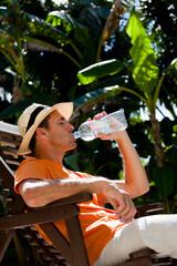 homme buvant de l'eau dans une bouteille