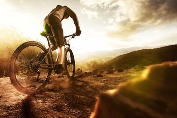 Mountainbiker im Gebirge