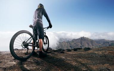 Mountainbiker auf Berggipfel