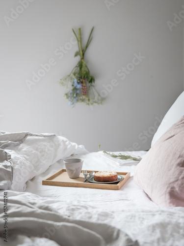 fr hst ck im bett mit blumen stockfotos und lizenzfreie bilder auf bild 157402741. Black Bedroom Furniture Sets. Home Design Ideas