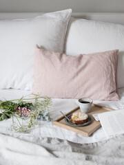 Frühstück im Bett mit Blumen