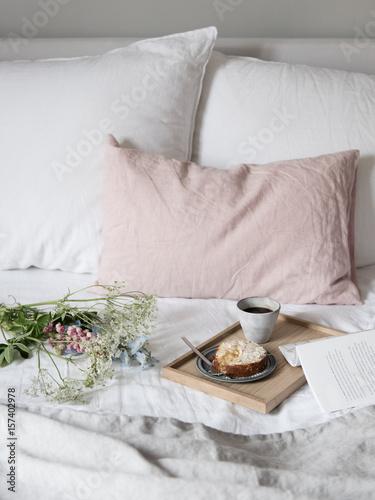 fr hst ck im bett mit blumen stockfotos und lizenzfreie bilder auf bild 157402978. Black Bedroom Furniture Sets. Home Design Ideas