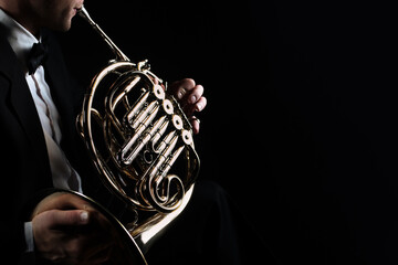 Fotorollo Musik French horn instrument. Player hands playing horn music instrument