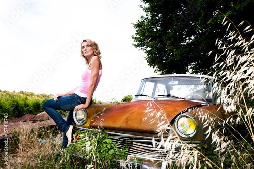 belle femme en jean assise sur une ancienne voiture photo libre de droits sur la banque d. Black Bedroom Furniture Sets. Home Design Ideas