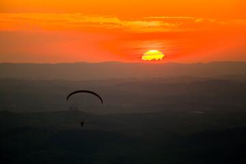 Deurstickers Kangoeroe Paragliding in sunset