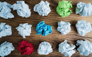 Papierkugeln in verschiedenen Farben als Symbol für gute Picks