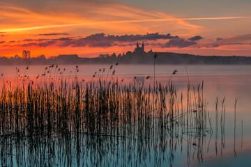 In de dag Zalm Sunrise, Masurian Lake District, Camaldolese Monastery, Lake Wigry