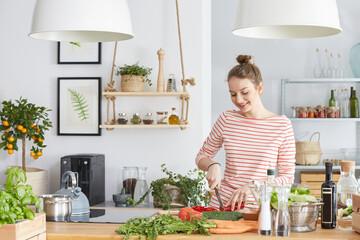 Vrouw die groenten snijdt