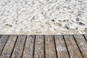 Holzsteg am Strand der Ostsee