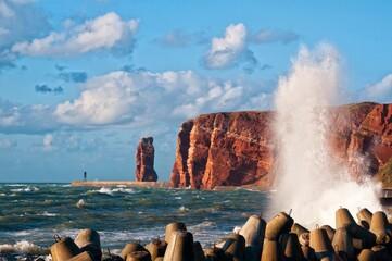 Der Fels, die Lange Anna auf Helgoland mit gischt vor dem Sturmtief Christian.
