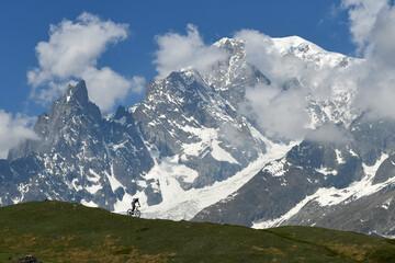Mountain bike biker ed il Monte Bianco