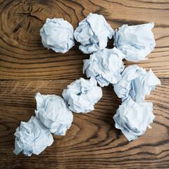 Pfeil aus Papierkugeln zeigt nach oben