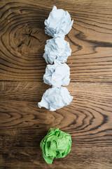 Papierkugeln bilden ein Ausrufezeichen