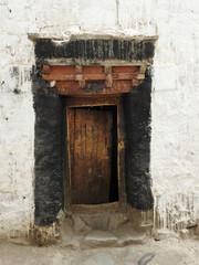 traditionelle Holztür im Himalaya
