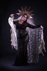 Molliges Model in Gothic-Kostüm