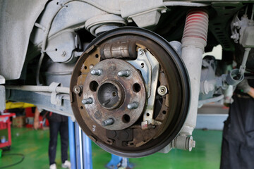 Rear drum brake assembly on mpv car