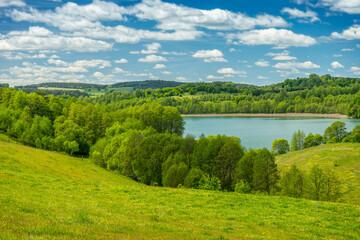 Obraz Wiosnny krajobraz, jezioro Szurpiły wśród zieleni - fototapety do salonu