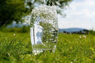 Volles Wasserglas gefüllt mit Wasser