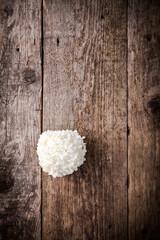 Schneeball auf rustikalem Holztisch