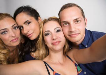 Gruppo di 4 amici che si fanno un selfie