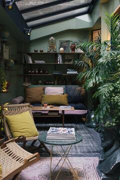 design intérieur banquette coussin décoration plantes