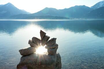 Sonne spiegelt durch Steintor