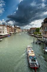 Fond de hotte en verre imprimé Port Threatening clouds and barge in Venice