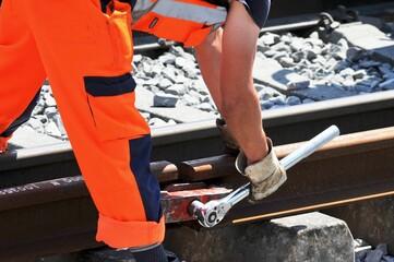 Bahnarbeiter macht zwei Schienen bündig