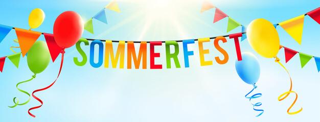 Bunte Girlande mit Buchstaben, Luftballons und sonnigem Himmel - Sommerfest