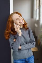 lachende frau telefoniert mit ihrem smartphone