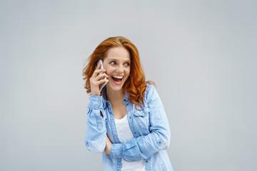 frau telefoniert mit ihrem handy und lacht