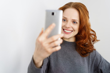 frau macht ein selfie mit ihrem mobiltelefon