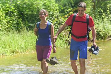 junge Leute beim Wandern im Fluß