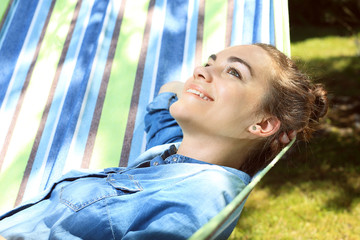 Odpoczynek w hamaku. Kobieta odpoczywa w hamaku
