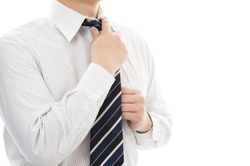 ネクタイを絞めるビジネスマン