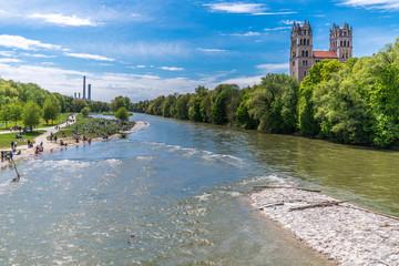 Die Isar in München mit Blick auf das Heizkraftwerk Süd und die Kirche St. Maximilian