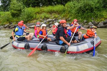 fröhliche Rafting-Tour mit Familie und Freunden