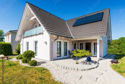 einfamilienhaus deutschland stockfotos und lizenzfreie bilder auf bild 158211943. Black Bedroom Furniture Sets. Home Design Ideas