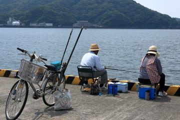 港で釣りを楽しむ夫婦