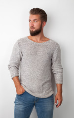 modischer Mann in Jeans und Pullover