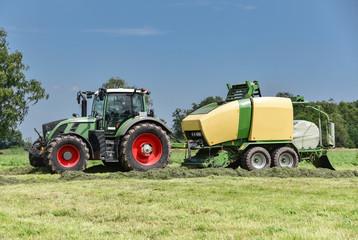 Grassilage-Großballenpresse presst Gras in Ballen und wickelt sie in Folie