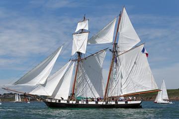 Vieux gréement sur littoral breton