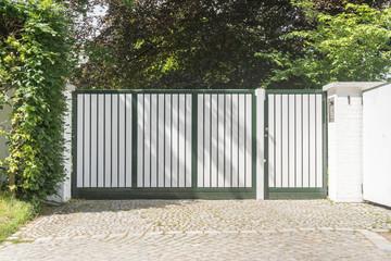 Gartentor einer Einfahrt in weiß grün