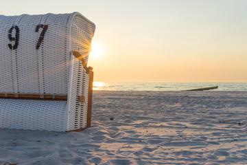 Fototapete - Die Abendstimmung im Strandkorb an der Ostsee geniessen