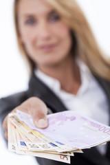 femme montrant des billets de banque en euros