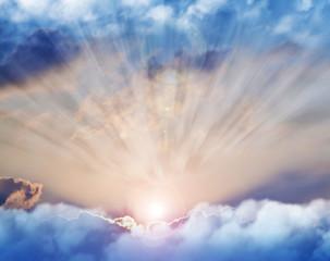 rayos de luz entre las nubes del cielo