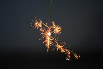 夏の思い出、線香花火/夏といえば花火。中でも線香花火は長く楽しめる。見つめていると様々な思いがよぎるのもこの花火の特徴としてイメージ撮影した。