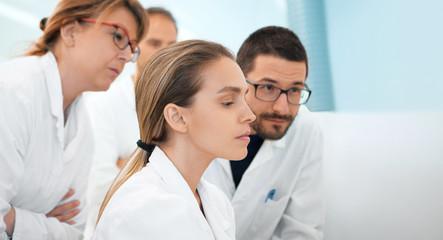Medici, ricercatori, scienziati guardano dati ricerca
