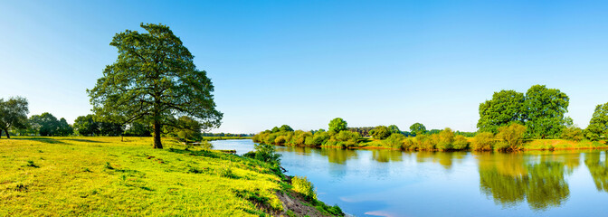 Photo sur Plexiglas Piscine Landschaft im Sommer mit Fluss, Wiese und Baum