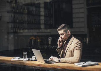Businessman working from coffee shop.